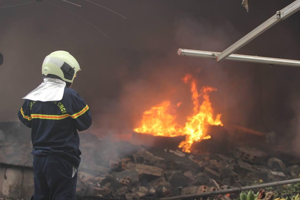 Cháy lớn ở Linh Đàm