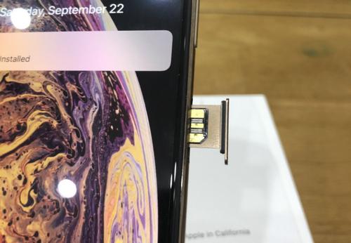 """iPhone Xs khóa mạng hút khách nhờ đoạn mã """"thần thánh"""""""
