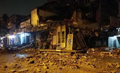 Ngôi nhà hai tầng ở Huế đổ sập trong đêm mưa
