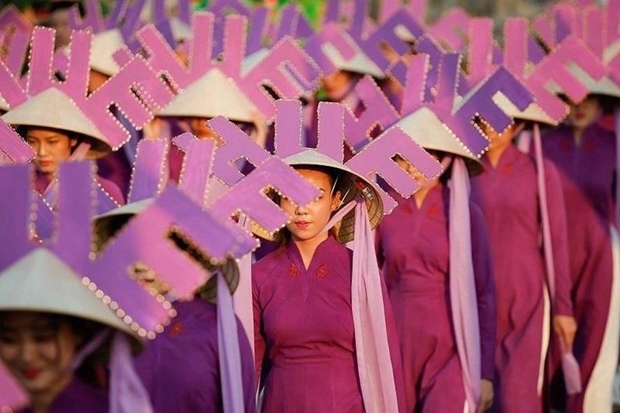 """Ban tổ chức Festival lên tiếng việc hình ảnh nón Huế """"bị cắm sừng"""""""