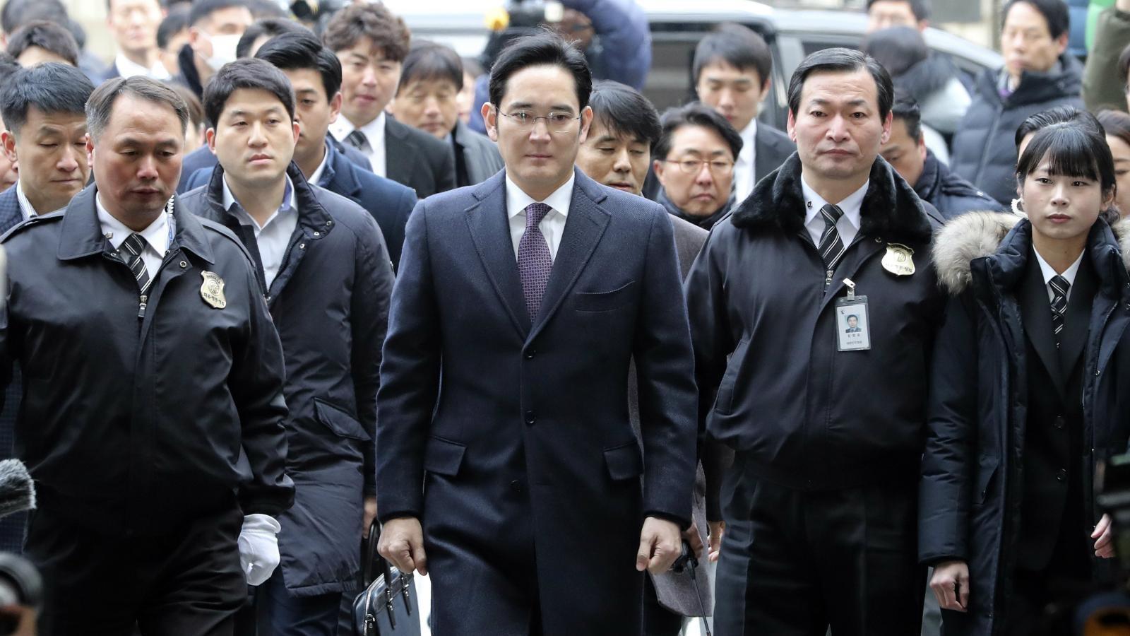 """Chủ tịch Samsung thế hệ thứ 3 """"mắc kẹt"""" trong sức ảnh hưởng quá lớn của cha và ông nội"""