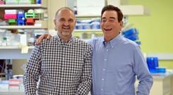 Hai bác sĩ tỷ phú đứng sau  công ty dược phát triển thuốc điều trị Covid-19 cho Tổng thống Trump