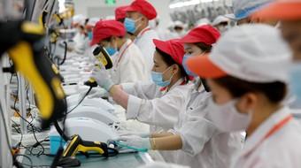 """Việt Nam ở đâu trên """"thượng nguồn"""" chuỗi cung ứng của hai ngành xuất khẩu chủ chốt?"""