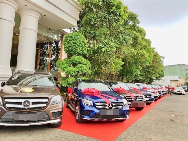 Nhiều xe xịn xếp hàng ngoài hội nghị