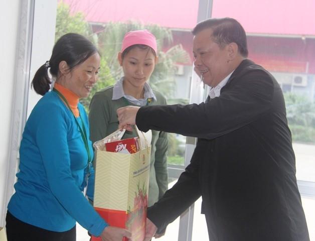 Đồng chí Đinh Tiến Dũng, Bộ trưởng Bộ Tài chính thăm, tặng quà cho CNLĐ tại Cty TNHH Great Global International (Ninh Bình). Ảnh: NT