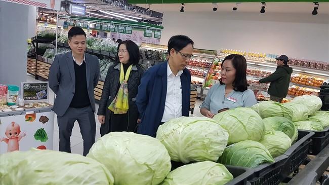 Ông Nguyễn Thanh Hải - Phó Giám đốc Sở Công thương Hà Nội dẫn đầu đoàn công tác giám sát thực hiện quyền lợi của NTD tại các siêu thị. Ảnh: Kh.V