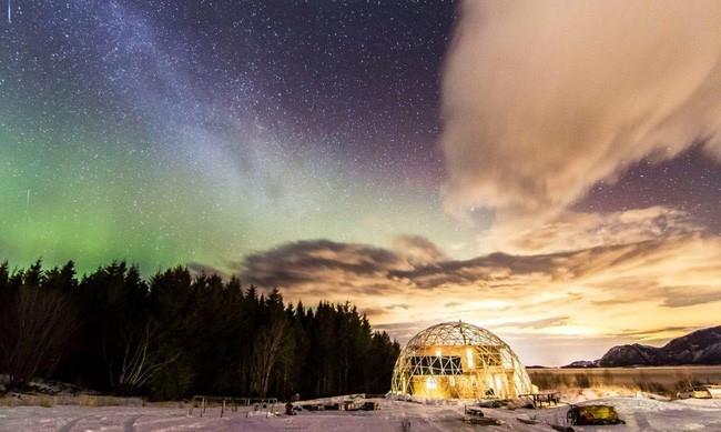 Ngoài ra, qua lăng kính trong suốt của mái vòm, gia đình anh Benjamin có thể ngắm cảnh thiên nhiên, núi rừng và những ánh sáng huyền ảo vùng Bắc cực.