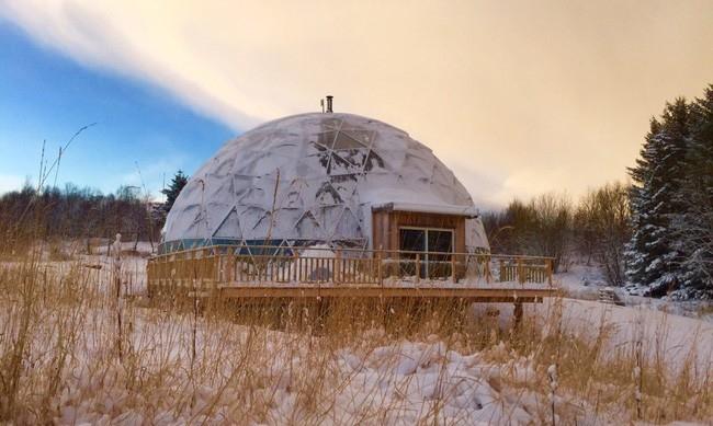 Ngôi nhà mái vòm được xây dựng từ các vật liệu hữu cơ như: Cát, đất sét, nước… Kết cấu mái vòm hình cầu bao bên ngoài giúp giữ ấm cho ngôi nhà, đồng thời có thể chống đỡ được mưa gió.