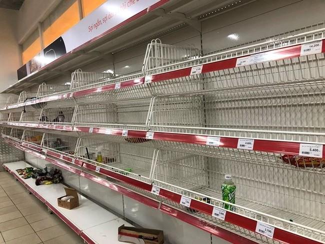 Người dân TPHCM đổ xô gom hàng siêu thị Auchan 'tháo khoán' - ảnh 10
