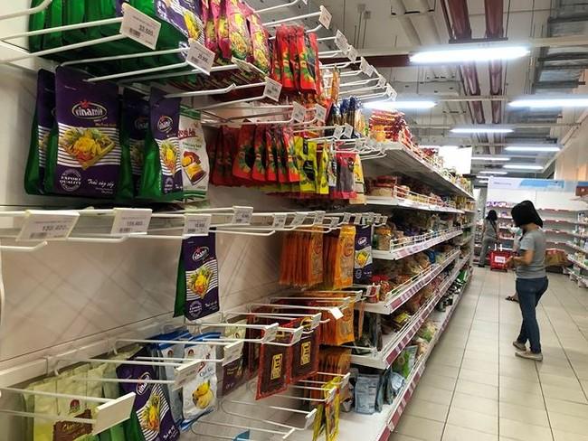 Người dân TPHCM đổ xô gom hàng siêu thị Auchan 'tháo khoán' - ảnh 7