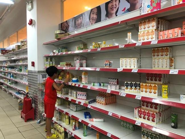 Người dân TPHCM đổ xô gom hàng siêu thị Auchan 'tháo khoán' - ảnh 6