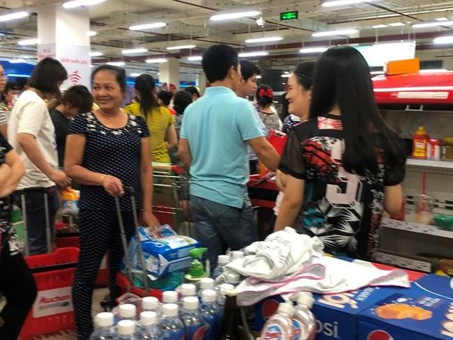 Người dân TPHCM đổ xô gom hàng siêu thị Auchan 'tháo khoán' - ảnh 12