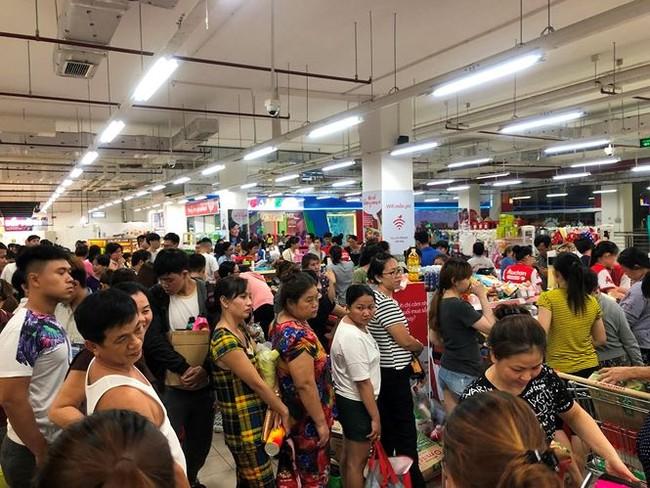Người dân TPHCM đổ xô gom hàng siêu thị Auchan 'tháo khoán' - ảnh 14