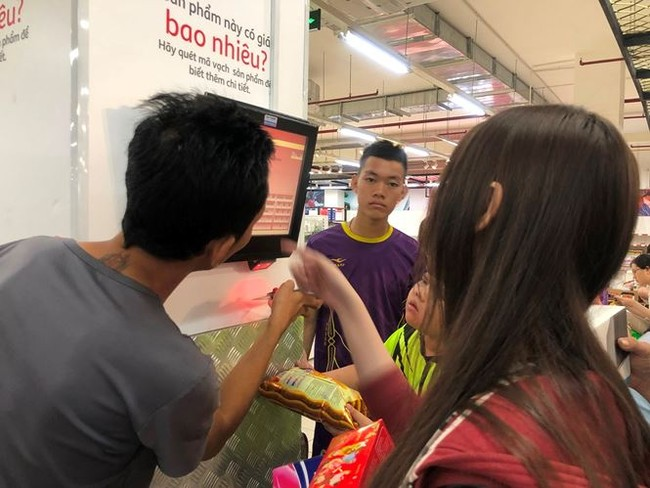 Người dân TPHCM đổ xô gom hàng siêu thị Auchan 'tháo khoán' - ảnh 5