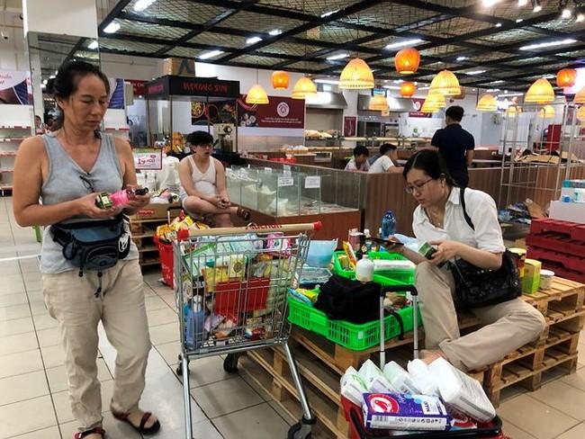 Người dân TPHCM đổ xô gom hàng siêu thị Auchan 'tháo khoán' - ảnh 2