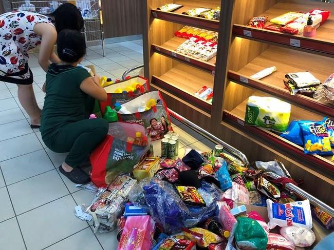 Người dân TPHCM đổ xô gom hàng siêu thị Auchan 'tháo khoán' - ảnh 3