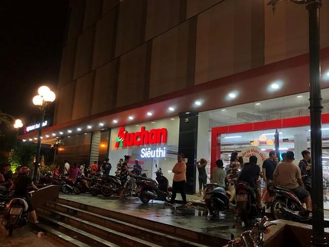 Người dân TPHCM đổ xô gom hàng siêu thị Auchan 'tháo khoán' - ảnh 15