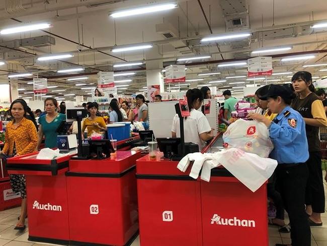 Người dân TPHCM đổ xô gom hàng siêu thị Auchan 'tháo khoán' - ảnh 9