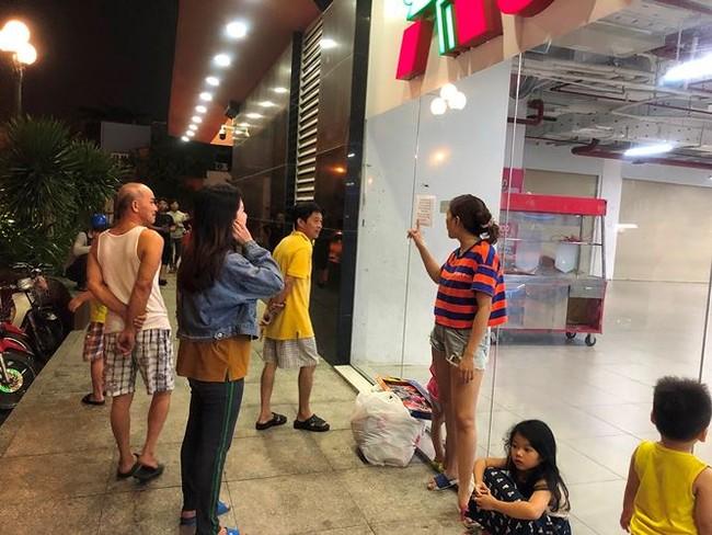 Người dân TPHCM đổ xô gom hàng siêu thị Auchan 'tháo khoán' - ảnh 16
