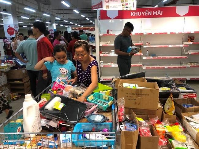 Người dân TPHCM đổ xô gom hàng siêu thị Auchan 'tháo khoán' - ảnh 4