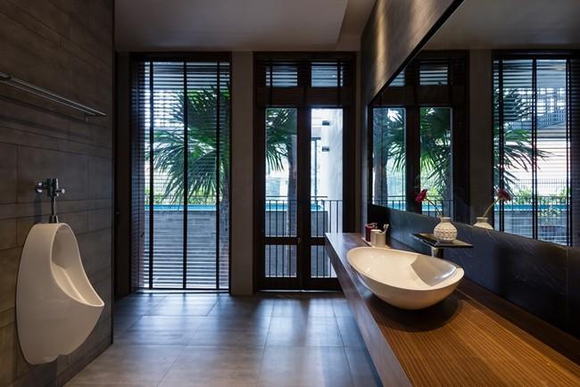 Nhà tắm rộng rãi có cửa nhìn thẳng ra khu vườn bên ngoài.