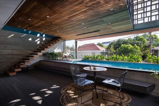 Bể bơi nâng cao mang lại nhiều không gian sinh hoạt hơn cho tầng trệt.