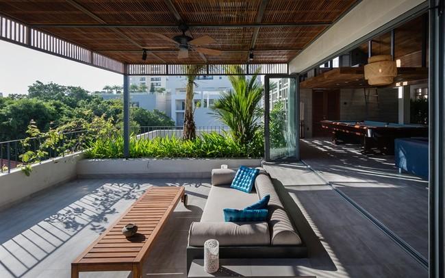 Các vật liệu tự nhiên như gỗ, đá kết hợp với bê tông đã tạo ra một bầu không khí nhiệt đới và thư giãn.
