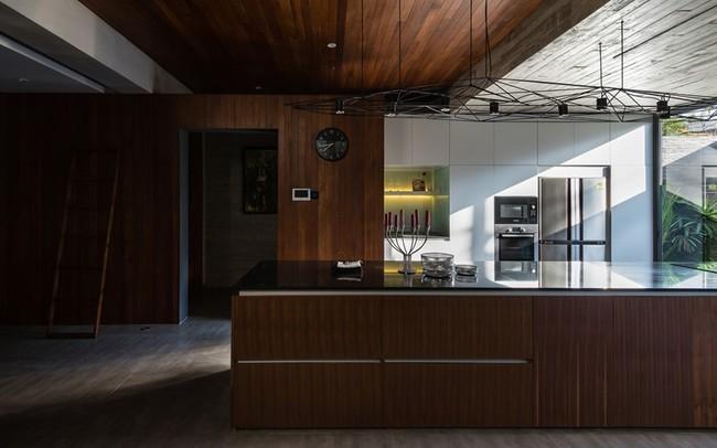 Không gian bếp rộng ngoài phục vụ cho nhu cầu nấu nướng hàng ngày còn có thể mở tiệc hay gặp gỡ bạn bè.