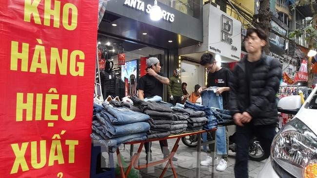Đổ xô mua hàng thời trang 'giảm giá bom tấn' cuối năm - ảnh 7