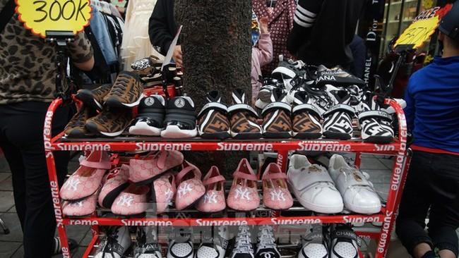 Đổ xô mua hàng thời trang 'giảm giá bom tấn' cuối năm - ảnh 8