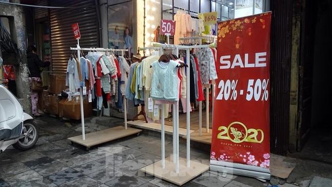 Đổ xô mua hàng thời trang 'giảm giá bom tấn' cuối năm - ảnh 12