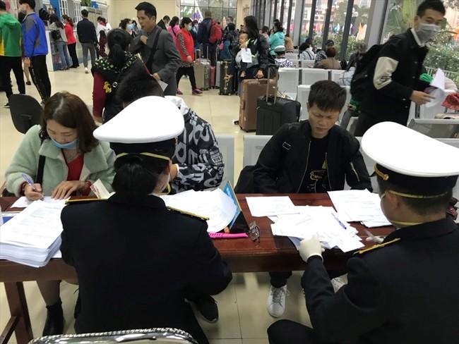 Công tác kiểm dịch y tế được siết chặt tại Cửa khẩu quốc tế Móng Cái. Ảnh: Nguyễn Hùng
