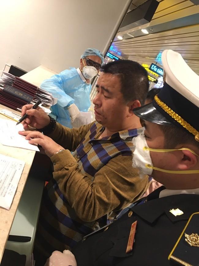 Đo thân nhiệt từng du khách Trung Quốc nhập cảnh vào Móng Cái. Ảnh: Nguyễn Hùng