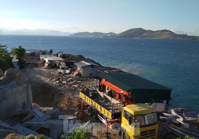 """Cận cảnh những công trình xây """"chui"""" trên đảo Hòn Tằm - Nha Trang - ảnh 2"""