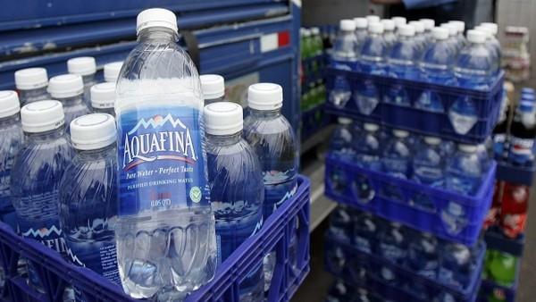 Chúng ta đang phải trả số tiền gấp 2000 lần để được uống nước lã đóng chai?