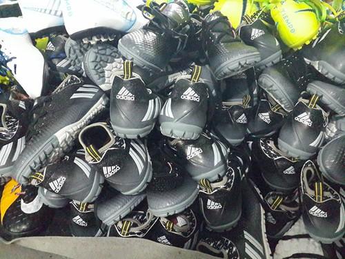 Hàng ngàn đôi giày nghi giả, nhái thương hiệu Nike, Adidas - ảnh 3