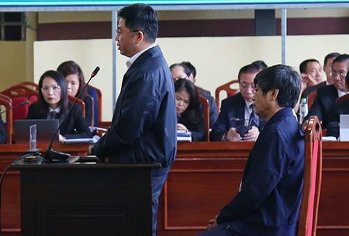 Cựu chủ tịch CNC đối chất với cựu cục trưởng C50 Nguyễn Thanh Hóa. Ảnh: Phạm Dự.