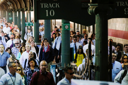 Tránh nhàm chán trên đường đi làm hay đi về bằng cách trò chuyện. Ảnh: Reuters