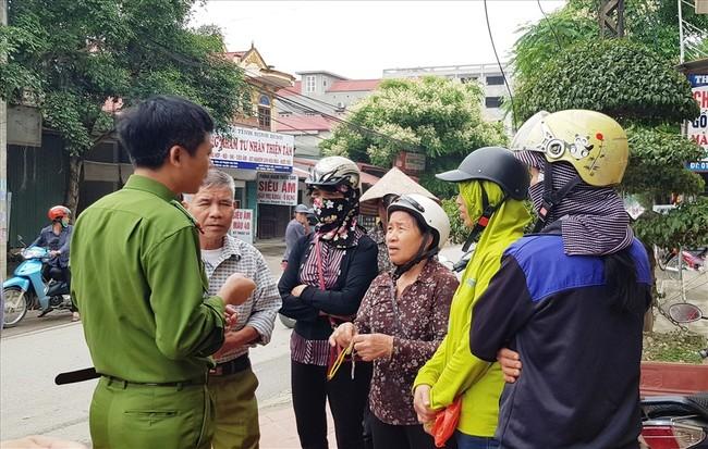 Lực lượng công an hướng dẫn người dân đến trụ sở công an thị trấn để trình báo sự việc. Ảnh: NT