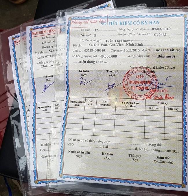 Những cuốn sổ tiết kiệm của người dân đã đến hạn nhưng không rút được tiền. Ảnh: NT