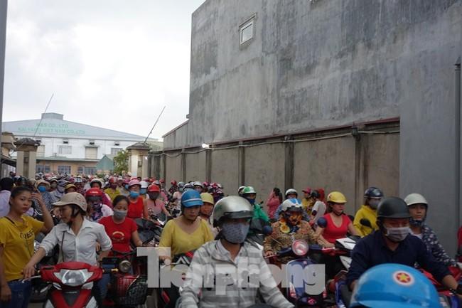 """Vụ chủ doanh nghiệp Đài Loan """"biến mất"""": Công nhân đội mưa chờ tin tức - ảnh 2"""