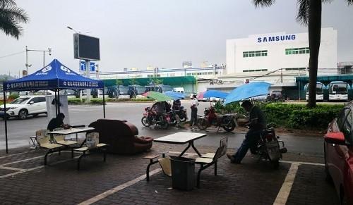 Người dân Huệ Châu mong muốn tìm chính quyền địa phương tìm được nhà sản xuất khác thế chỗ Samsung để tiếp tục duy trì hoạt động kinh doanh. Ảnh: SCMP