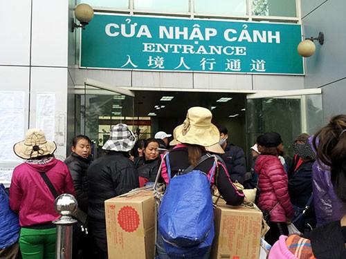Cư dân biên giới ùn ùn xếp hàng để xách hàng qua cửa khẩu Móng Cái, tỉnh Quảng Ninh Ảnh: VĂN DUẨN