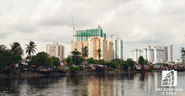 Những cao ốc hiện đại vẫn sẽ tiếp tục mọc lên theo đà phát triển đô thi. Và ngay cạnh đó, người dân lao động nghèo vẫn tiếp tục cảnh sống trong các căn nhà lụp xụp, che chắn tạm bợ.