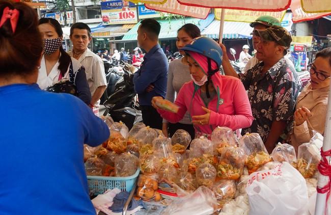 Tiệm vịt quay bán gần 2.000 con ngày Tết Đoan Ngọ ở Sài Gòn