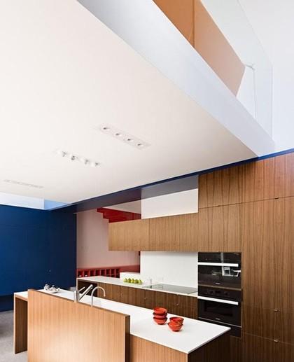 Nhà bếp gọn gàng, sạch sẽ với nhưng vật liệu tối giản.