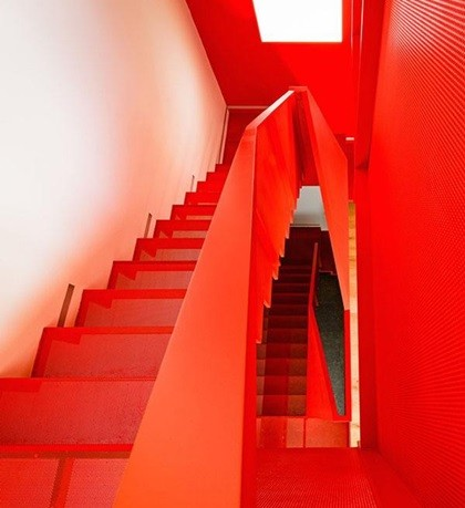 Cầu thang đỏ là điểm nhấn đặc biệt cho những bức tường