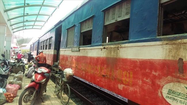 Những toa tàu này đã được đưa vào sử dụng trên tuyến đường sắt này từ năm 1965. Ảnh: Nguyễn Hùng