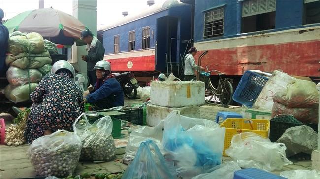 Phiên chợ tạm bên đường tàu. Ảnh: Nguyễn Hùng