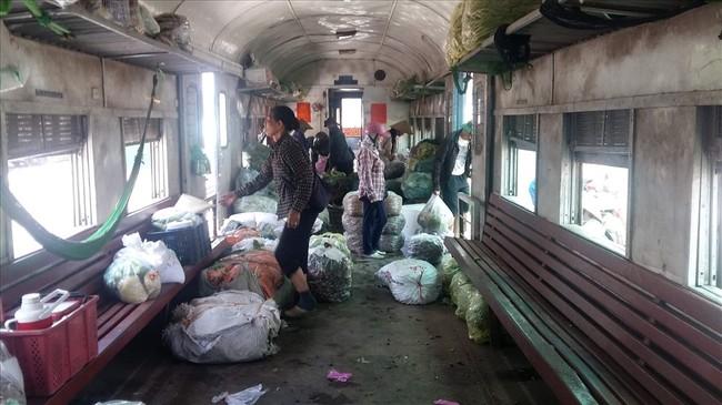 Bên trong một toa tàu chợ Yên Viên - Hạ Long. Ảnh: Nguyễn Hùng